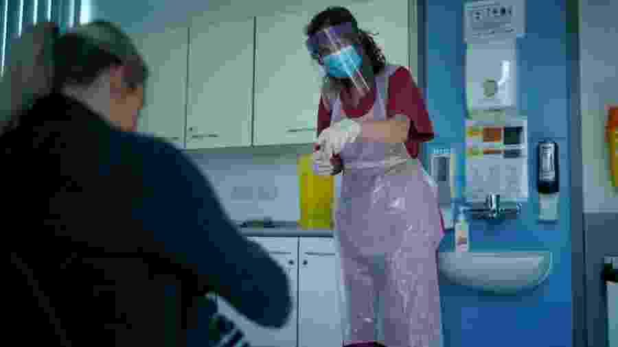 16.abr.2020 - Enfermeira atende paciente em Altrincham, no Reino Unido - Christopher Furlong/Getty Images