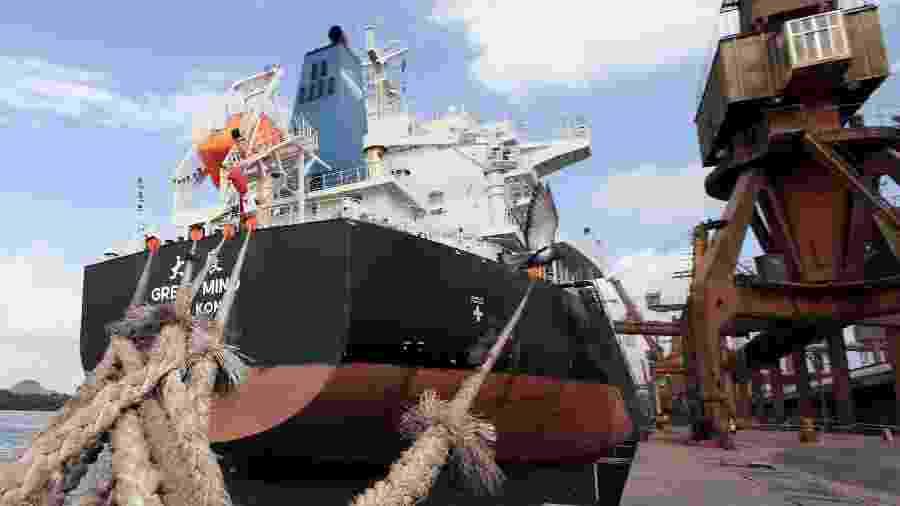 Navio atracado no Porto de Santos, em São Paulo, para ser carregado com soja - Paulo Whitaker/Reuters