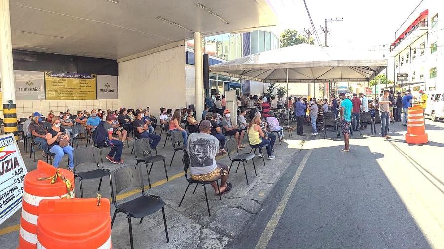 Estrutura montada para ajudar quem aguarda para ser atendido na Caixa no centro de Guaratinguetá (SP) - Divulgação/Prefeitura de Guaratinguetá