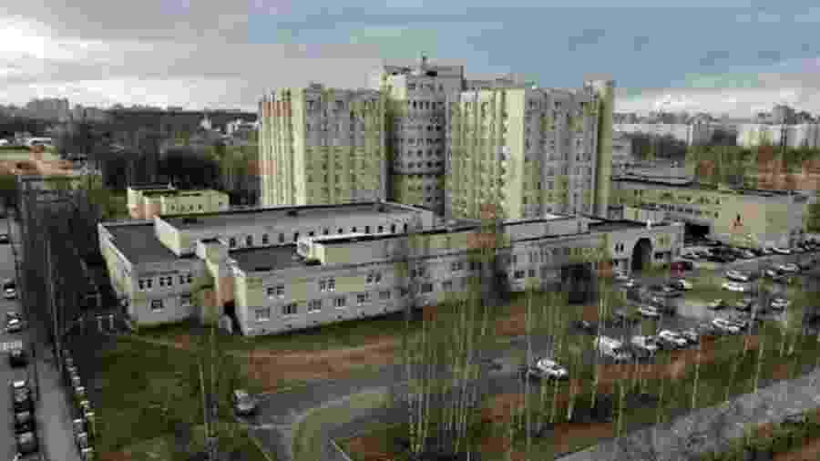 A maioria das pessoas dentro do hospital foi infectada; pelo menos dois membros da equipe médica e dois pacientes morreram - BBC