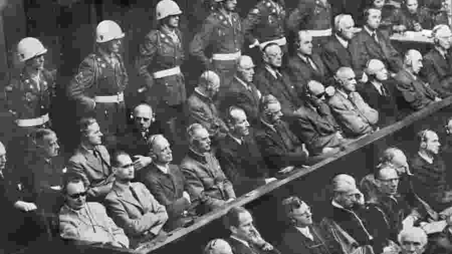 Os julgamentos de Nuremberg começaram em 20 de novembro de 1945. No canto inferior esquerdo, usando óculos escuros, está Hermann Göring, seguido por Rudolf Hess, os réus mais notórios - Getty Images