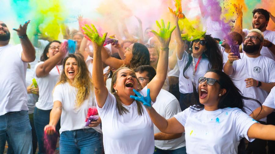 """Funcionários na festa da campanha """"Losangue-se"""": cultura organizacional que preza pela descontração e pela horizontalidade - Divulgação/Losango"""