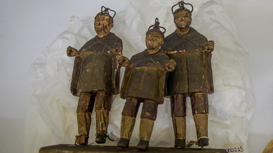 Estátuas de São Cosme, São Damião e Doum; no candomblé, os dois primeiros são representações das entidades ibejis e erês. Peça foi doada ao acervo do Museu da República após ser apreendida e mantida por décadas pelo Museu da Polícia do Estado do Rio de Janeiro - Luciola Villela/UOL