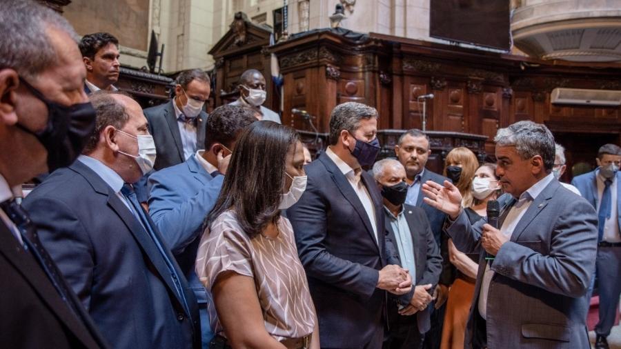 20.jan.2021 - Arthur Lira é recebido na Alerj por políticos fluminenses; ao fundo, a deputada Flordelis (PSD) - Reprodução/Redes sociais