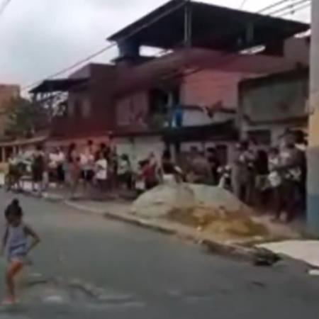 Moradores do bairro da Chatuba, em Mesquita (RJ), fazem fila em busca de alimentos  - Reprodução/TV Globo