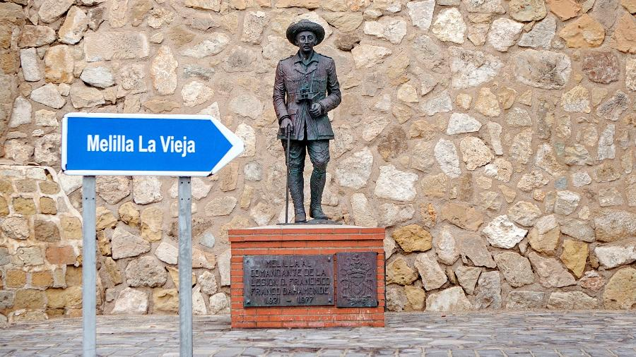 Estátua de bronze de Franco Bahamonde, na entrada da cidade, havia sido construída em 1978  - ANGELA RIOS / AFP