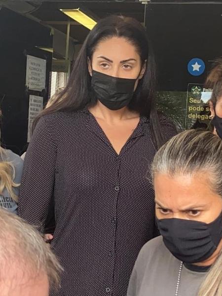 8.abr.2021 - Monique Medeiros, mãe de Henry, saindo da 16ª DP após ser presa - Tatiana Campbell/UOL