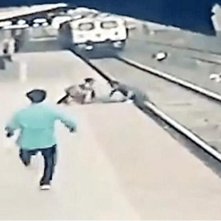 Sinaleiro empurrando a criança para a plataforma, enquanto trem se aproximava - Reproudção