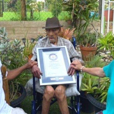 Emilio Flores Marquez con un certificato Guinness;  Portoricano età 112 anni 326 giorni - Comunicato stampa / Guinness World Records - Comunicato stampa / Guinness World Records