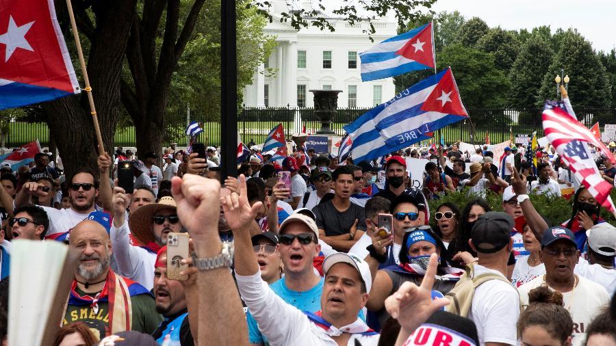Manifestantes protestam por liberdade em Cuba em frente à Casa Branca, em Washington - GABRIELLE CROCKETT/REUTERS