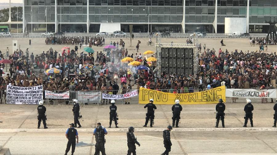 """Indígenas fazem protesto contra a tese jurídica do """"marco temporal"""" na frente do STF - Rubens Valente / UOL"""