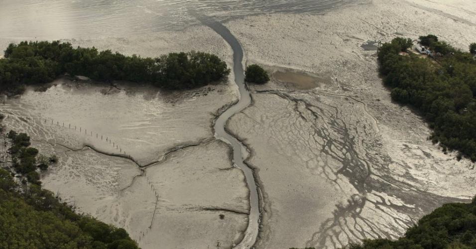 22.jun.2015 - Vista aérea do lodo na Baía de Guanabara, na região de São Gonçalo, no Rio de Janeiro (RJ)