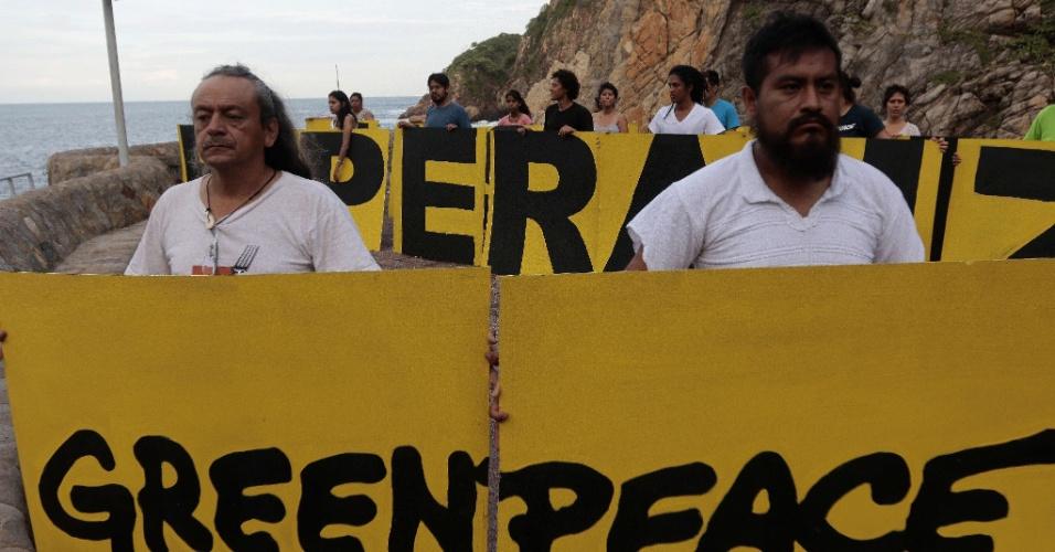 6.set.2015 - Ativistas da ONG Greenpeace protestaram neste domingo (6) contra o desaparecimento de 43 estudantes em Acapulco, um importante balneário mexicano