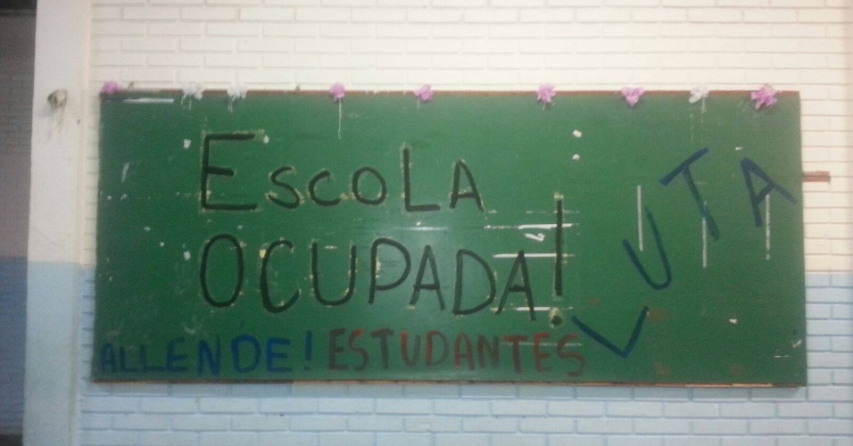12.nov.2015 - Alunos da E.E. Salvador Allende, na zona leste de São Paulo, ocuparam a escola na manhã desta quinta. A escola está entre os 94 estabelecimentos que vão ser fechados com a reorganização da rede