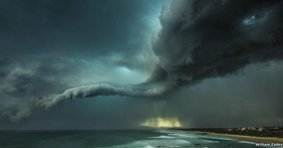 """4.jan.2016 - Esta foto de uma tempestade em Tacking Point, perto de Sydney, na Austrália, foi feita por William Eades e venceu na categoria """"At the Water's Edge"""" (beira da água)"""