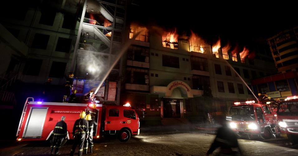 9.jan.2016 - Bombeiros tentam extinguir incêndio no Mingalar Zay Market, um dos maiores mercados atacadistas de Mianmar, em Yangon