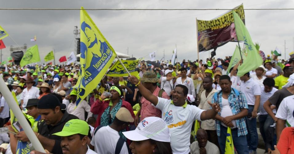 """16.jan.2016 - Partidários do presidente equatoriano Rafael Correa celebram o nono aniversário da """"Revolução Cidadã"""", em Guayaquil, Equador"""