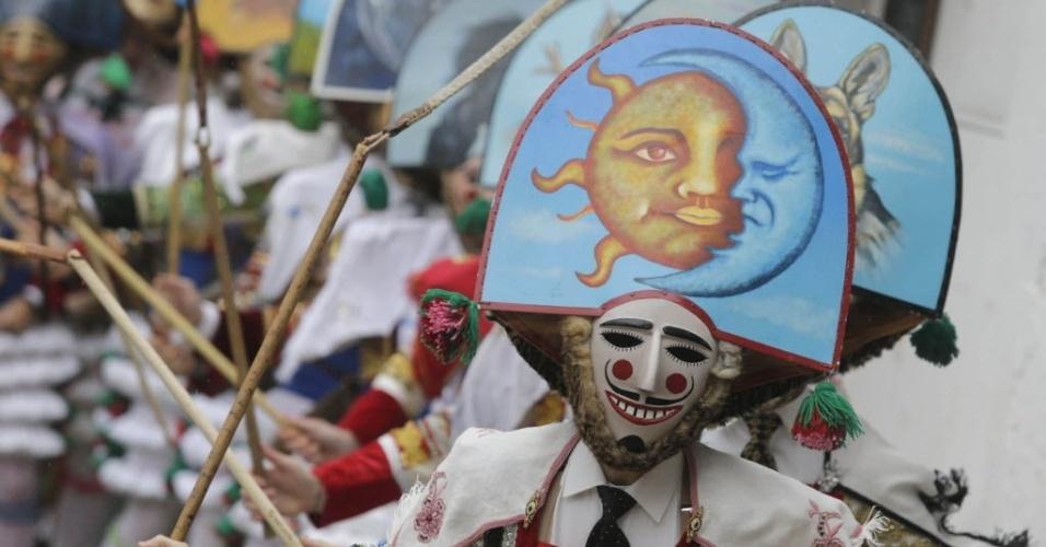 LAZA, ESPANHA - Foliões vestidos de 'Peliqueiros' desfilam por rua de Laza, na Espanha