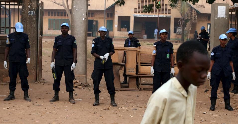 14.fev.2016 - Equipe de segurança das Nações Unidas guardam entrada de uma escola usada como seção eleitoral no início do segundo turno das eleições presidenciais e legislativas na região de PK5, com maioria muçulmana, em Bangui, na República Centro-Africana