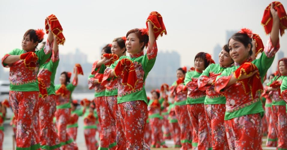 """6.mar.2016 - Mulheres dançam """"yangge"""" --dança típica chinesa --na tentativa de entrar para o Guinness World Record em Hong Kong, na China. Mais de mil mulheres participaram do evento"""