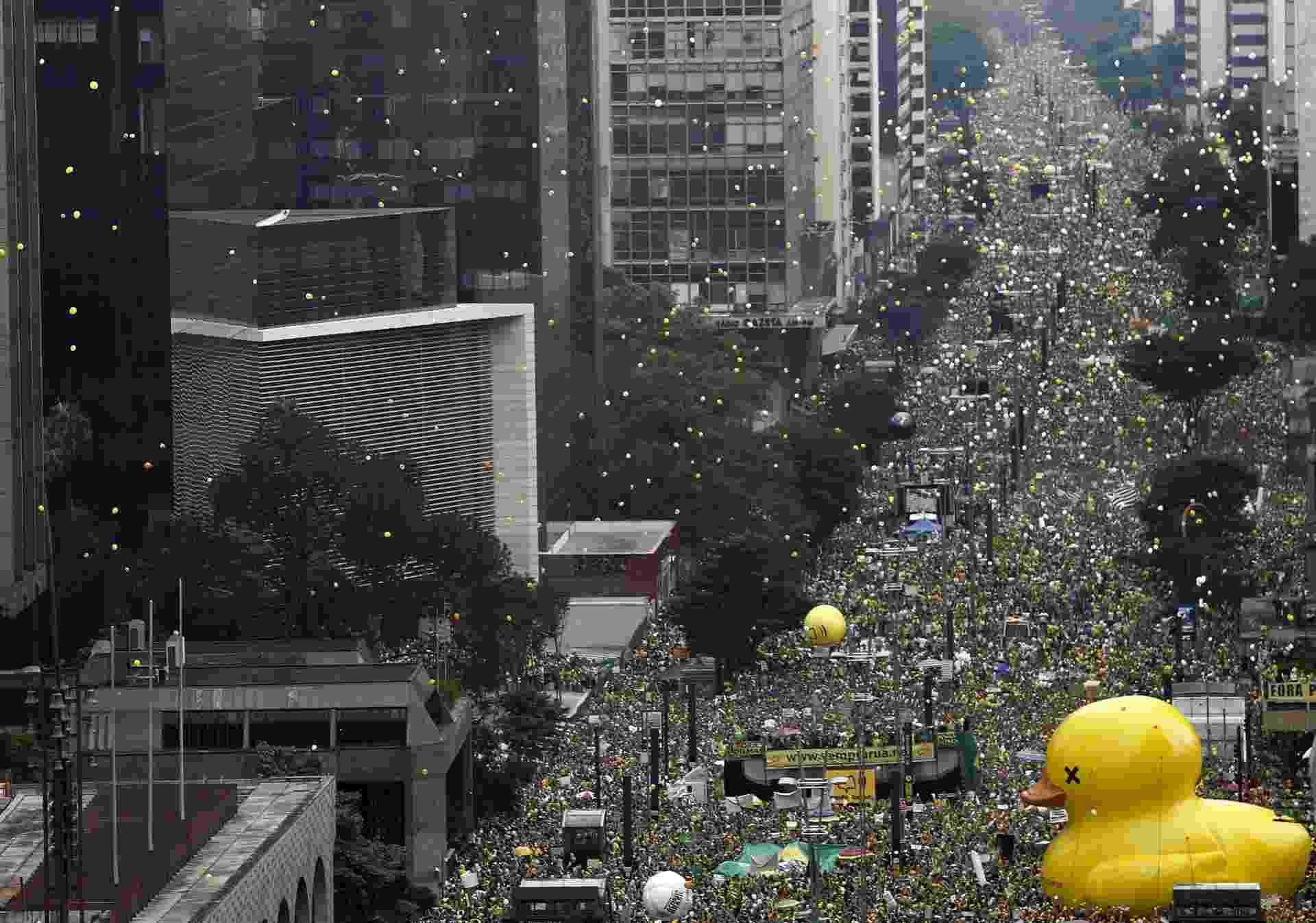 13.mar.2016 - Manifestantes soltam bexigas durante ato contra o governo Dilma Rousseff na avenida Paulista, região central de São Paulo. Protestos contra Dilma acontecem em vários Estados e pedem o impeachment da presidente e a prisão do ex-presidente Luiz Inácio Lula da Silva, investigado pela Operação Lava Jato - Miguel Schincariol/AFP