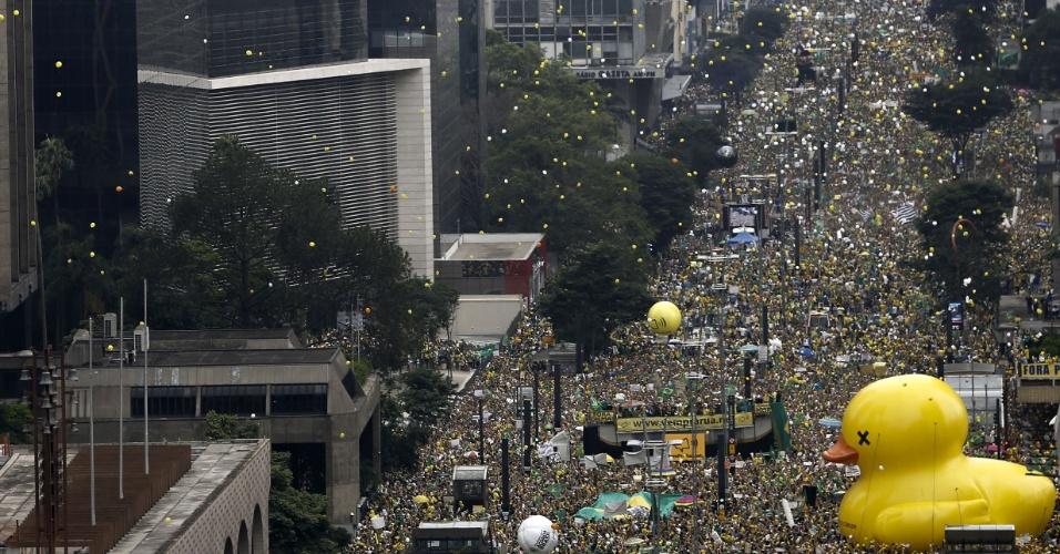 13.mar.2016 - Manifestantes soltam bexigas durante ato contra o governo Dilma Rousseff na avenida Paulista, região central de São Paulo. Protestos contra Dilma acontecem em vários Estados e pedem o impeachment da presidente e a prisão do ex-presidente Luiz Inácio Lula da Silva, investigado pela Operação Lava Jato