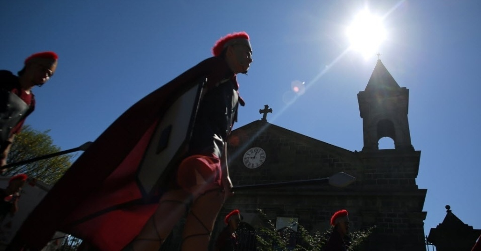 25.mar.2016 - Devotos vestidos de romanos participam de procissão como parte das celebrações da Semana Santa em São Joaquim, na Costa Rica