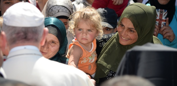 O papa Francisco cumprimenta refugiados no campo de Moria, na ilha de Lesbos, na Grécia