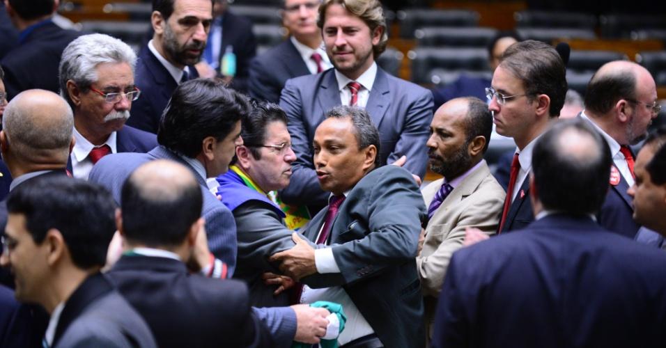 17.abr.2016 - Os deputados Vitor Valim (PMDB-CE) e Sibá Machado (PT-AC) trocaram empurrões no plenário da Câmara e uma briga entre ambos só não ocorreu por conta de outros parlamentares e de seguranças, que os separaram. O tumulto ocorreu durante a sessão que avaliava a admissibilidade do processo de impeachment da presidente Dilma Rousseff (PT), na madrugada deste domingo (17)