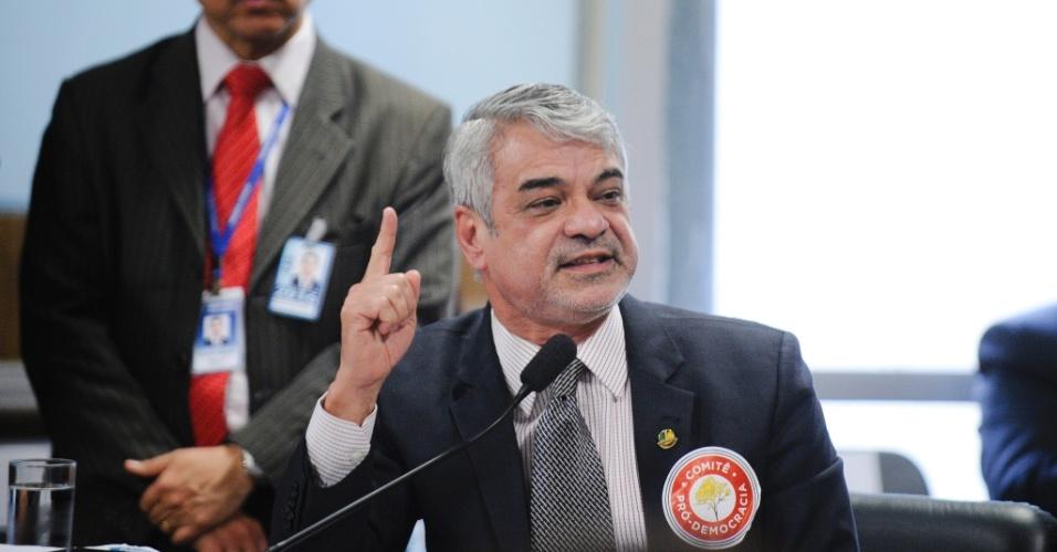 """27.abr.2016 - O líder do governo, Humberto Costa (PT-PE), acusou o vice-presidente Michel Temer (PMDB) de """"sentar na cadeira antes da hora"""" durante a sessão da comissão especial do impeachment, em Brasília"""