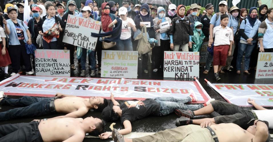 16.mai.2016 - Indonésios fazem protesto contra a empresa de origem alemã Jack Wolfskin, em frente à embaixada da Alemanha, em Jacarta. Os funcionários reclamam de supostas condições injustas e opressoras de trabalho na fábrica da empresa localizada nos arredores da capital do país