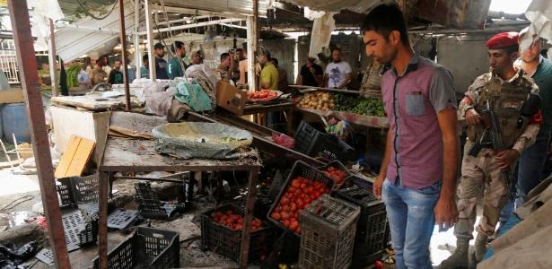 Mercado atingido por atentado suicida no distrito de Al Shaab, em Bagdá, no Iraque