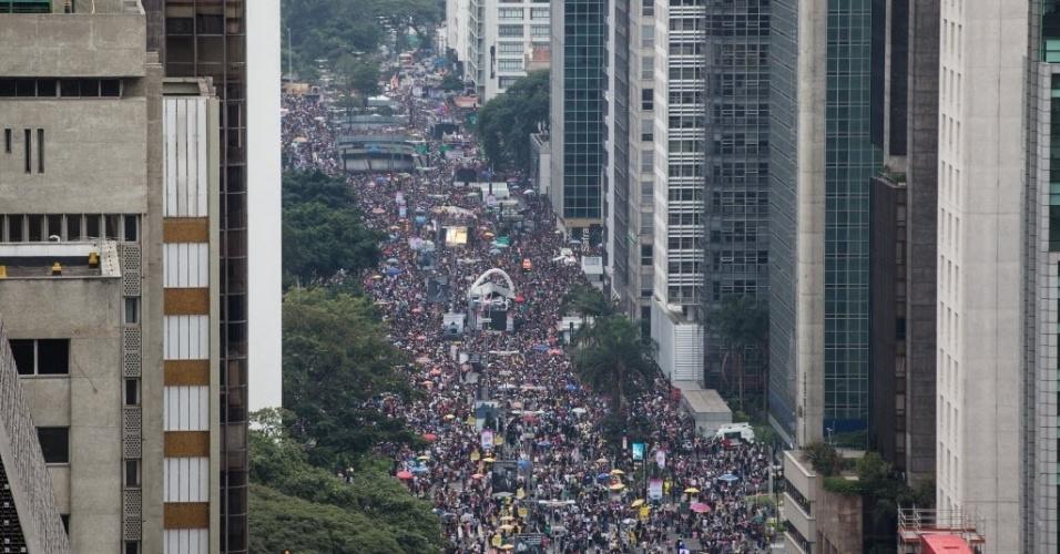 """29.mia.2016 - Foliões lotam a Avenida Paulista durante a 20ª Parada do Orgulho LGBT, em São Paulo, neste domingo.  O tema desta edição é """"Lei de identidade de gênero, já! - Todas as pessoas juntas contra a Transfobia!"""""""
