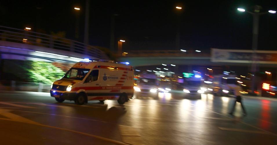 18.jun.2016 - Ambulância chega ao aeroporto de Ataturk, em Istambul, na Turquia, onde houve duas explosões. O ministro da Justiça do país afirma que 10 pessoas morreram e cerca de 40 ficaram feridas