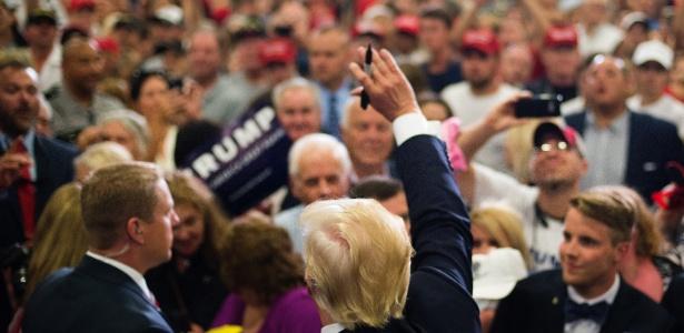 6.jul.2016 - Donald Trump acena para simpatizantes durante campanha em Cincinnati