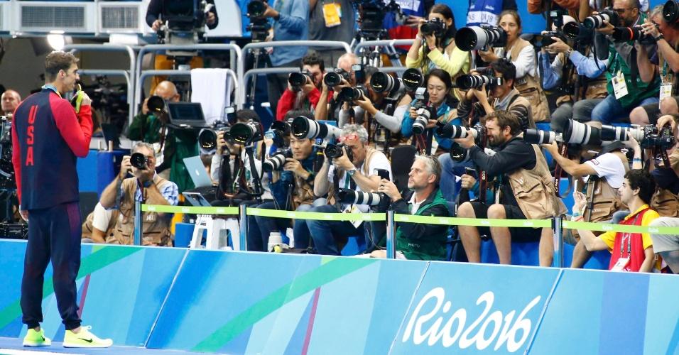 12.ago.2016 - Michael Phelps exibe sua medalha de ouro olímpica (a 22ª de sua carreira, até agora) para um batalhão de fotógrafos depois de vencer a prova dos 200m medley nesta quinta-feira (11), no Rio de Janeiro. O norte-americano de 31 anos se tornou o primeiro nadador a ser tetracampeão olímpico na mesma prova individual. Em um dia de recordes, Phelps ainda quebrou mais um: se tornou o atleta com mais medalhas individuais da história olímpica. Nesse quesito, ele ultrapassou a ex-ginasta ucraniana Larisa Latynina, que detém 14 pódios ? o nadador, agora, tem 15