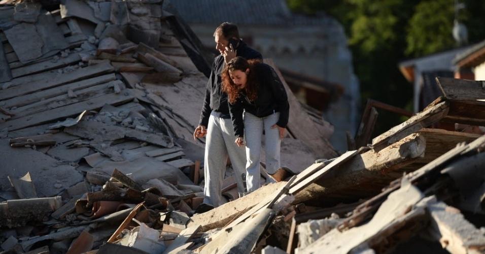 24.ago.2016 - Moradores procuram vítimas entre os escombros após um forte terremoto que atingiu Amatrice, na Itália