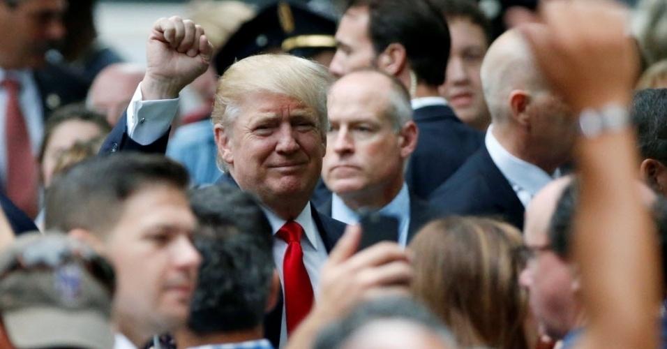 """11.set.2016 - O candidato republicano à Casa Branca, Donald Trump, compareceu à cerimônia ao lado de policiais e de parentes das vítimas no 'Marco Zero', em Nova York, que marca o 15º aniversário dos atentados de 11 de setembro de 2001. No """"Marco Zero"""", onde haviam as Torres Gêmeas derrubadas pelos terroristas, agora existem um museu e um memorial"""