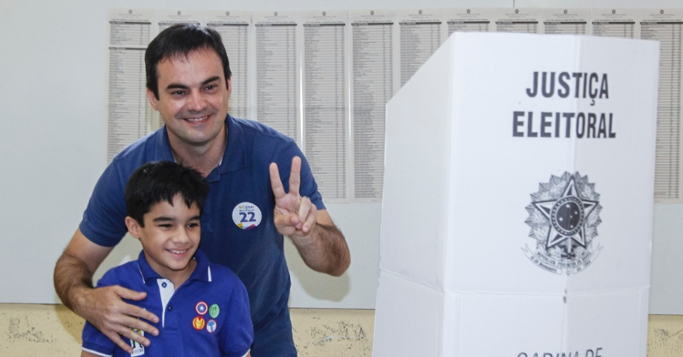 2.out.2016 - O candidato Capitão Wagner (PR) vota acompanhado da família no Colégio Lima Nogueira, no bairro João 23 em Fortaleza