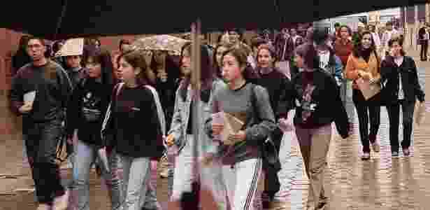 Estudantes do ensino médio chegam para fazer o Enem na Fatec, no bairro do Bom Retiro, no centro de São Paulo, em 30 de agosto de 1998 - Fabiano Accorsi/Folhapress - 30.ago.1998
