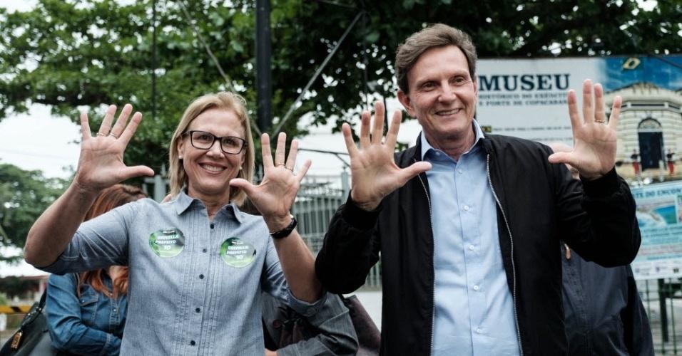 30.out.2016 - Candidato Marcelo Crivella (PRB) celebra após votação no segundo turno ao lado da mulher Sylvia Jane