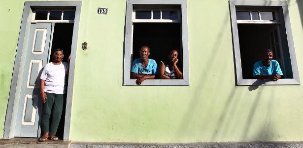 Dona Orides (na porta) com seus filhos, ex moradores do distrito de Bento Rodrigues