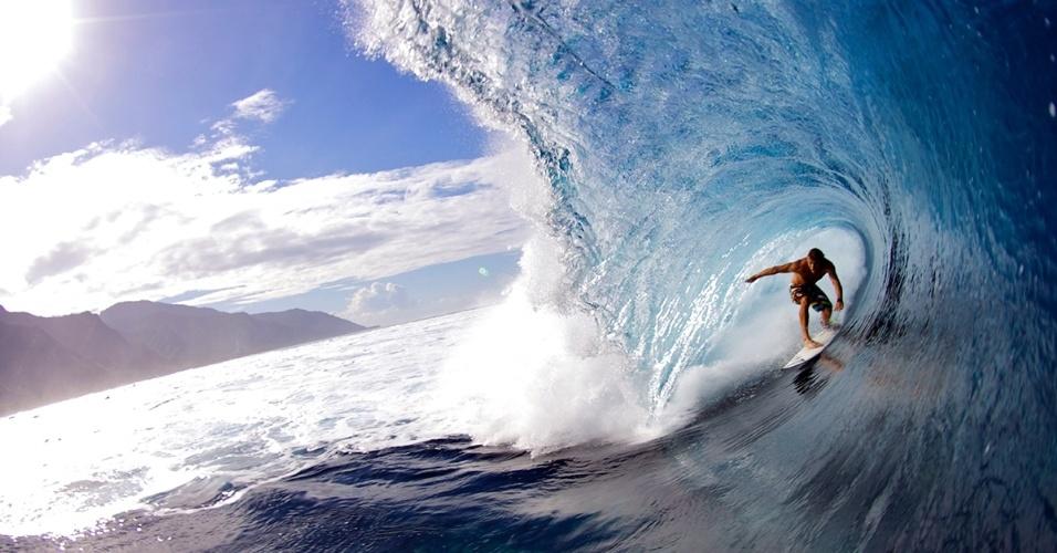 O surfista profissional Anthony Walsh faz manobra em Teahupoo, Taiti. O local é conhecido por ter as melhores (e mais perigosas) ondas do mundo, pode assustar os principiantes