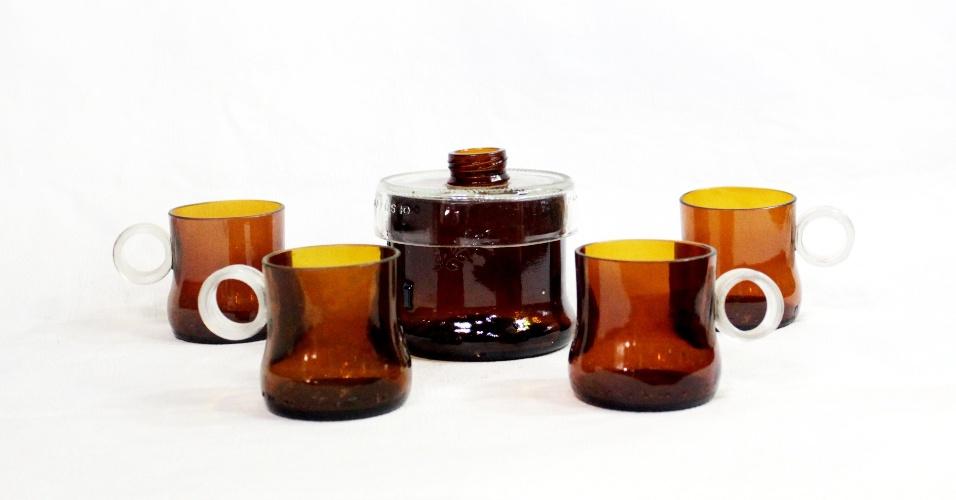 Jogo de xícaras com açucareiro feito com garrafa de vidro pela empresa Casa do Vidro, arrendada pela ong Associação Amigos do Rio Formoso de Bonito (MS)