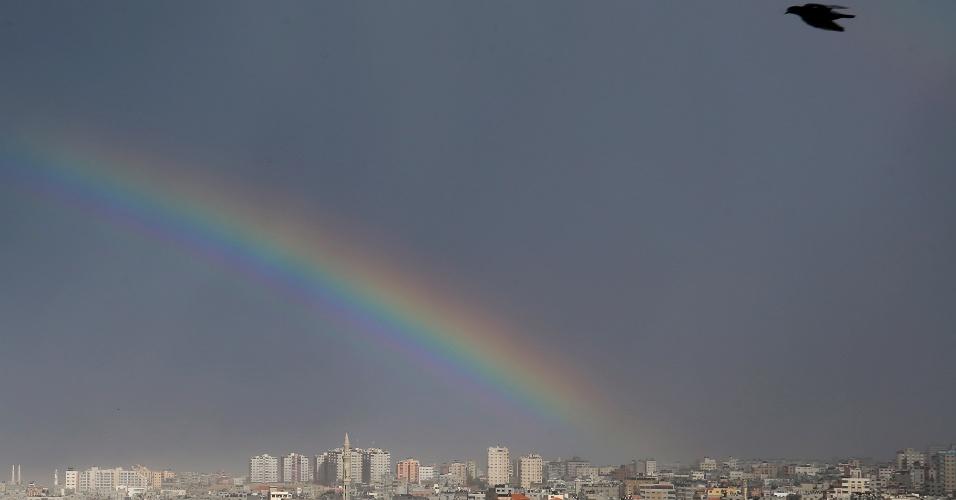14.dez.2016 - Arco-íris aparece sobre a cidade de Gaza, na Cisjordânia