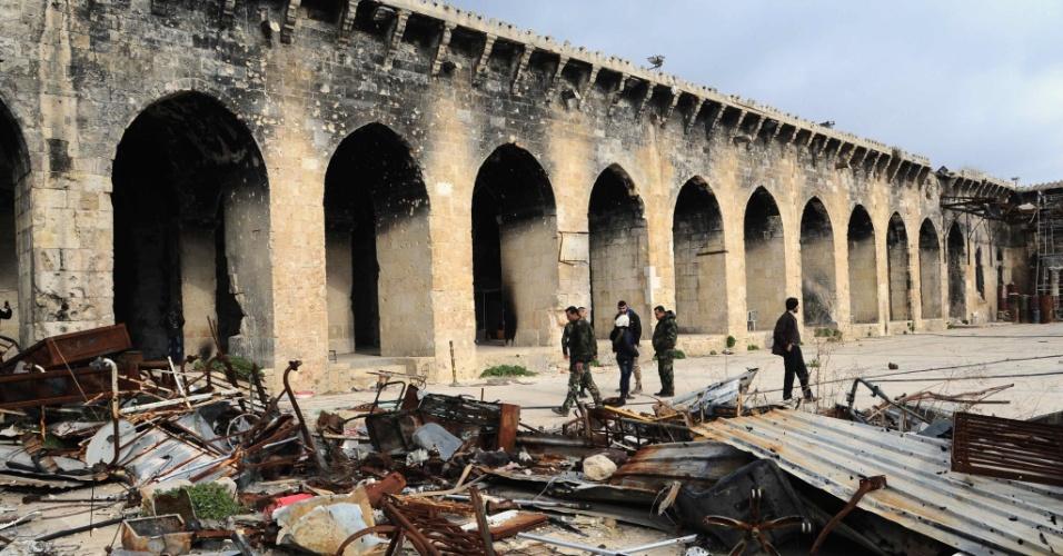 17.dez.2016 - Membros de milícia pró-governo sírio observam ruínas e caminham em Aleppo, a segunda maior cidade na Síria. Pelo menos 40 mil civis e entre 1.500 e 5 mil combatentes com suas famílias continuam cercados no ponto rebelde da segunda maior cidade síria, segundo a ONU