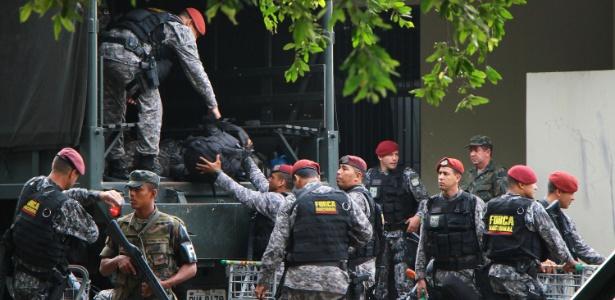 Homens da Força Nacional desembarcam na Base Aérea de Manaus