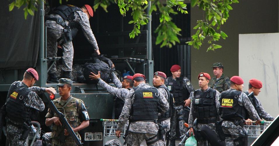 10.jan.2017 - Homens da Força Nacional desembarcam na Base Aérea de Manaus (AM) para reforçar a segurança no sistema penitenciário da capital amazonense. Os militares chegaram à cidade em dois voos da FAB (Força Aérea Brasileira)