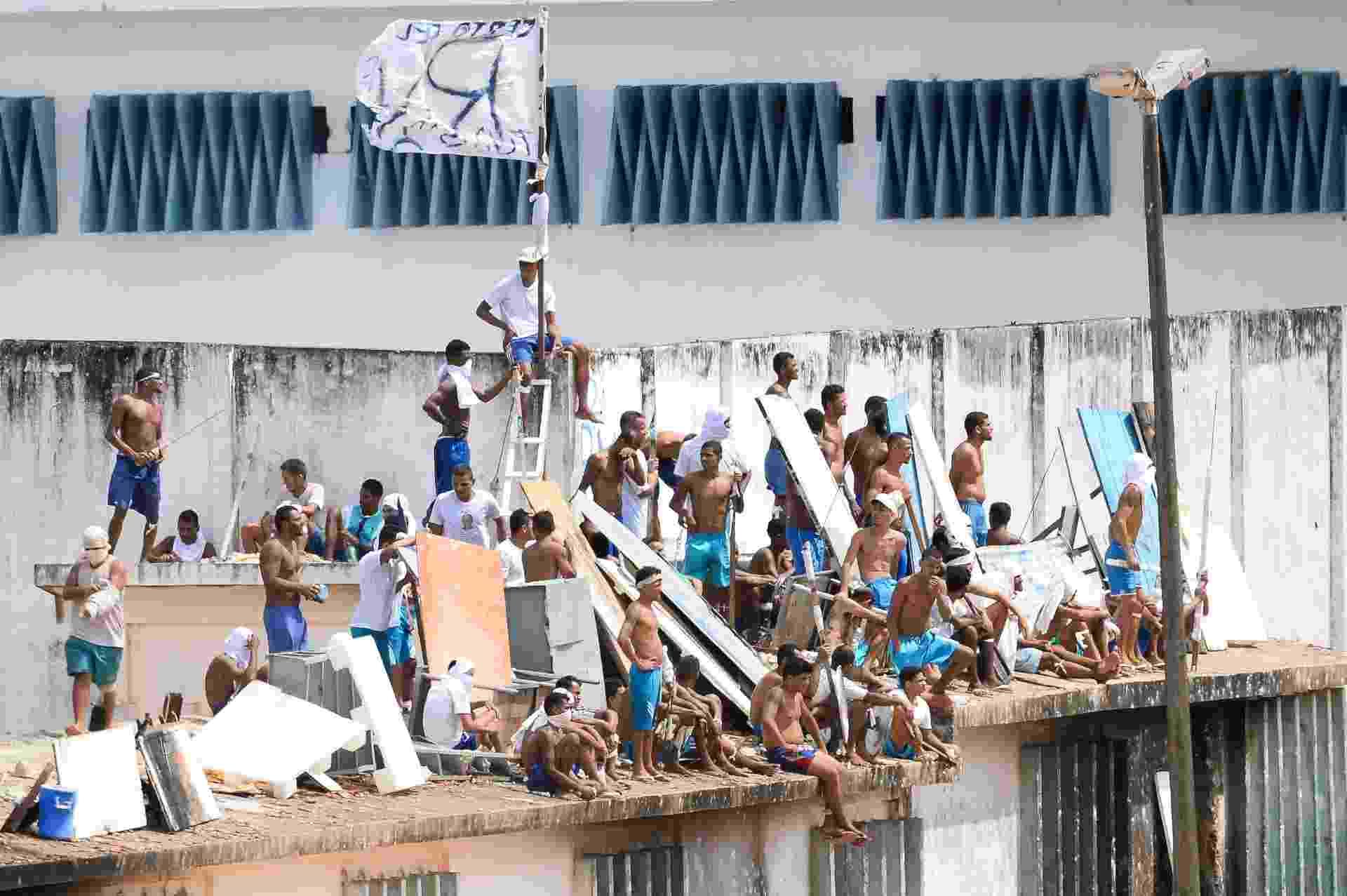 16.jan.2017 - Em novo motim, presos sobem nos telhados do no presídio de Alcaçuz, região metropolitana de Natal (RN) - Andressa Anholete/AFP Photo