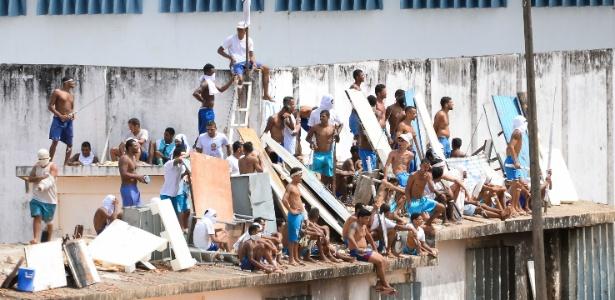 16.jan.2017 - Em motim, presos sobem nos telhados do no presídio de Alcaçuz (RN)